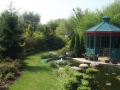 Gloriette intégrée au jardin et bassin